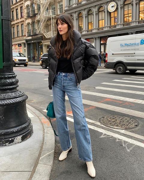 дутая куртка и джинсы