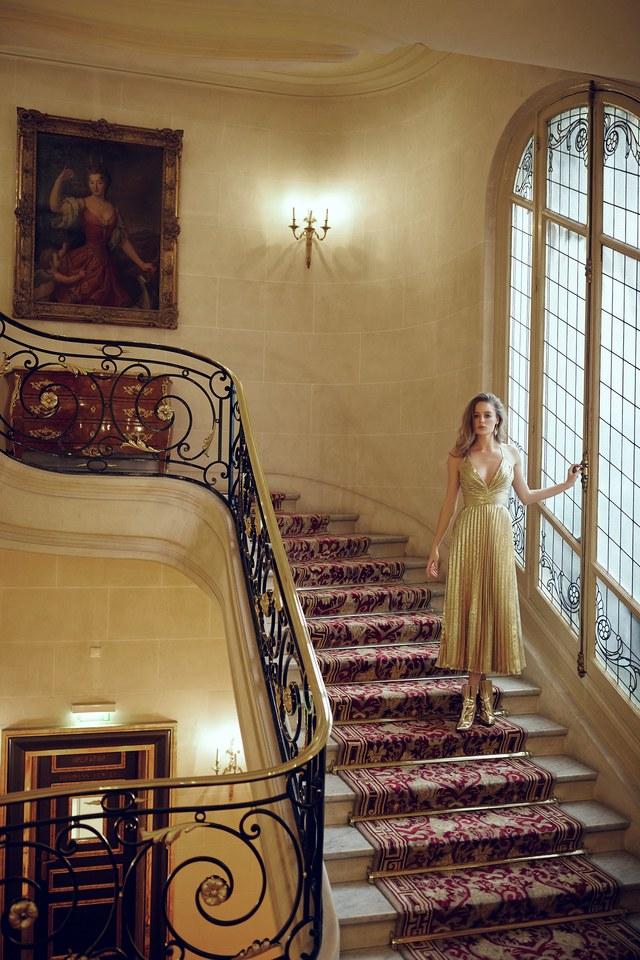 Золотистое платье на модели