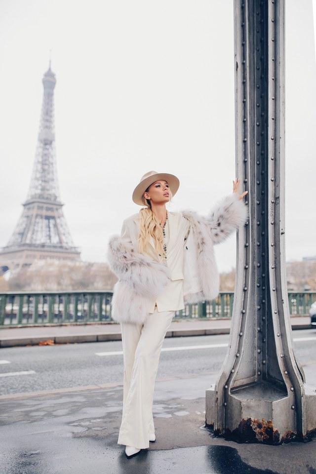 Виви в белом костюме на фоне Эйфелевой башни