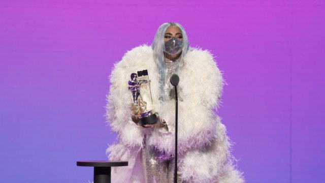 Серебрянная маска с объемным белым пальто