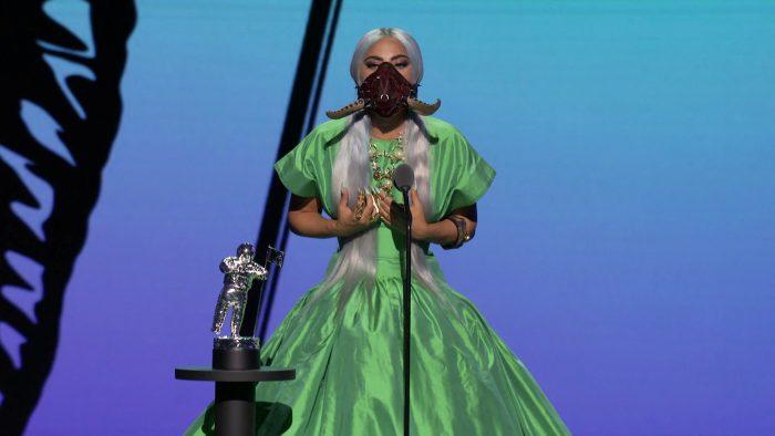 Бордовая маска с рогами и зеленое платье